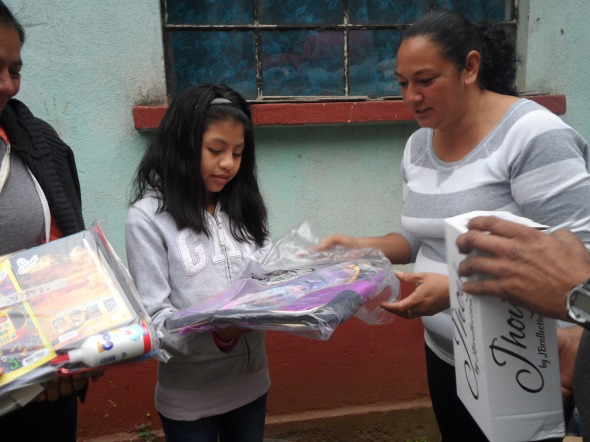 ENTREGA DE UTILES, MOCHILA Y ZAPATOS A KARLA