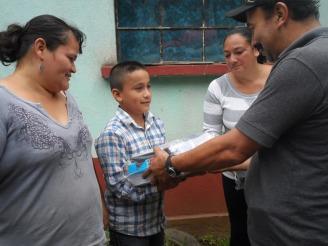 ENTREGA DE UTILES, MOCHILA Y ZAPATOS A PABLO