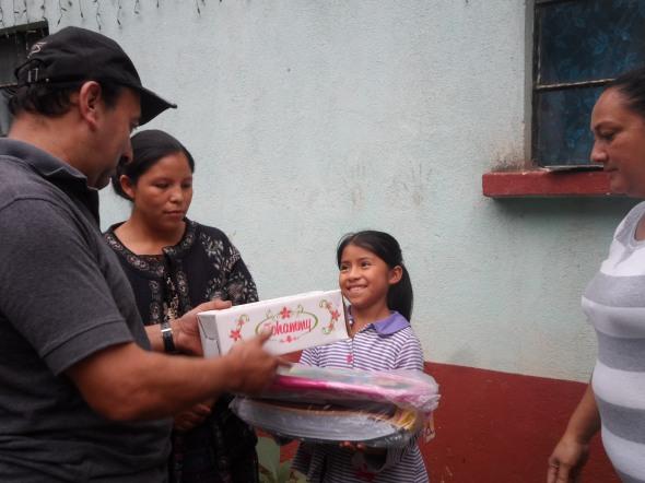 ENTREGA DE UTILES, MOCHILA Y ZAPATOS A YAZMIN