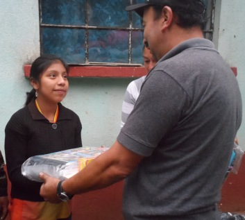ENTREGA DE UTILES, MOCHILA Y ZAPATOS A YOSELIN